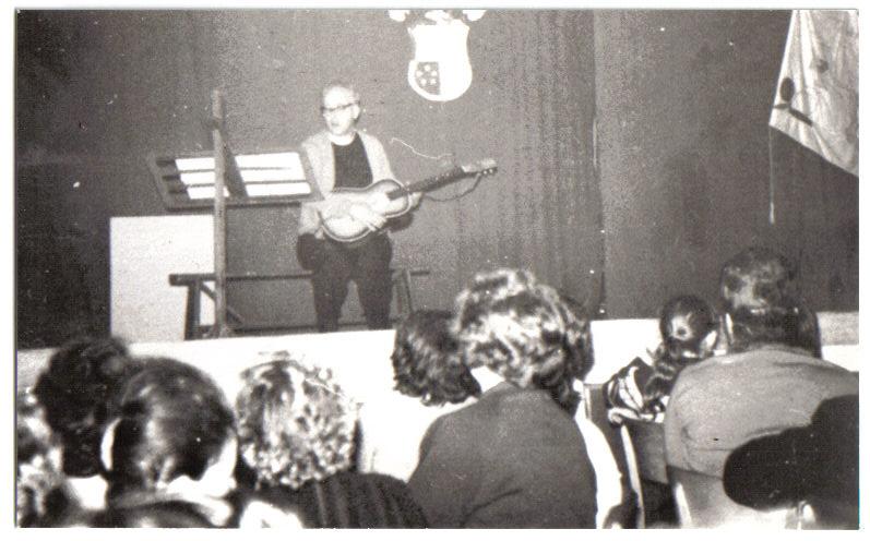 Pater van Gool met gitaar