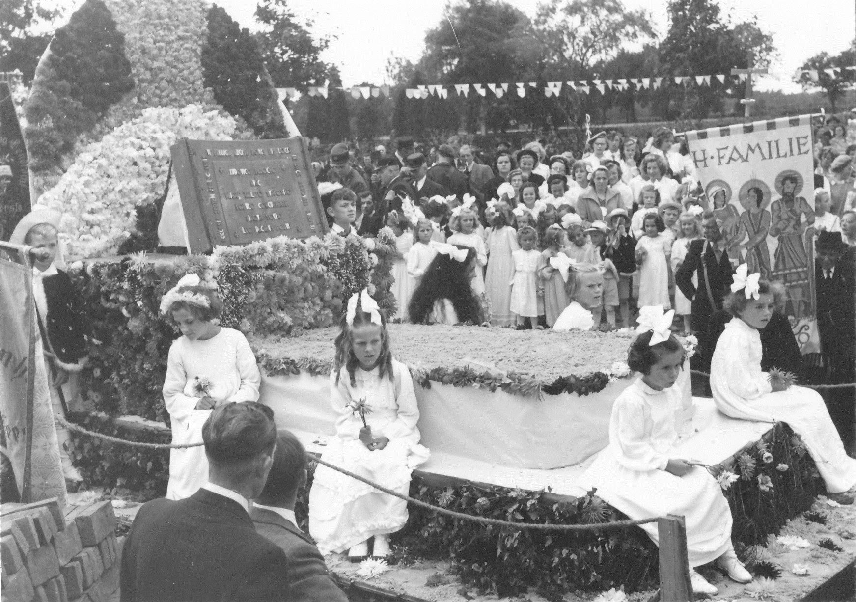 Vaandel Heilige Familie bij eerstesteenlegging kerk op 5 augustus 1951